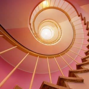 Un fauteuil équipe un monte-escalier pour se déplacer facilement
